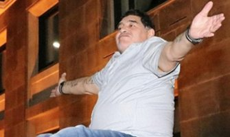 Maradona pijan izvodio striptiz na krovu automobila (VIDEO)