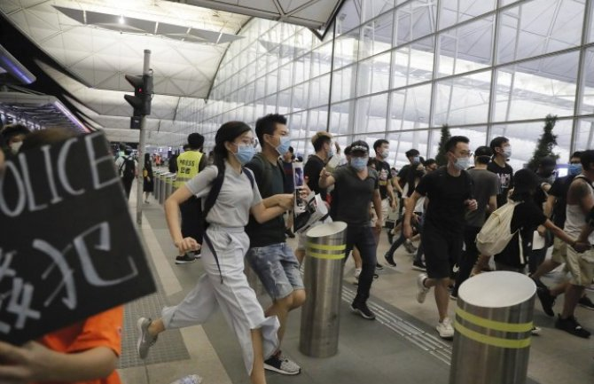 Hongkong: Okršaj demonstranata i policije na aerodromu (VIDEO)