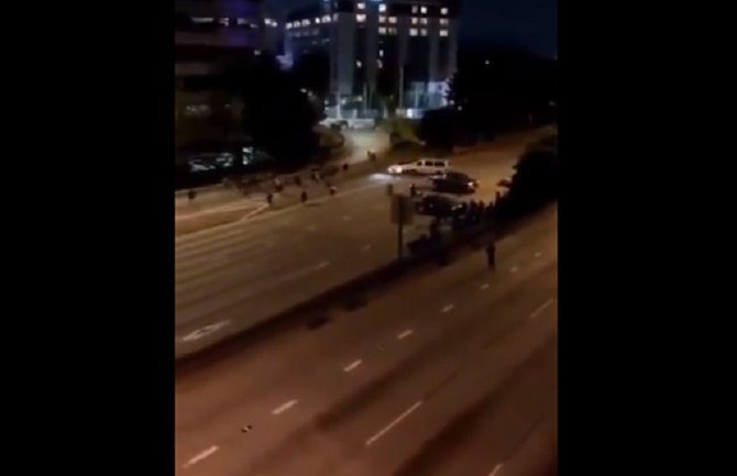 Automobil naletio na grupu demonstranata na zatvorenom autoputu (VIDEO)